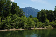 Berg och flod Royaltyfria Foton