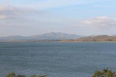 Berg och flod Arkivbild