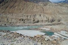 Berg och flod i nordliga Pakistan Arkivbild