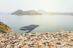 Berg och flod i Thailand Royaltyfri Bild