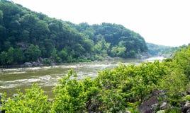 Berg och flodlandskap Arkivfoto
