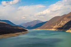 Berg och grön sjö Royaltyfria Bilder