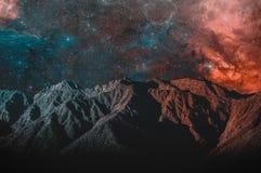 Berg och härlig stjärnklar himmel arkivbilder