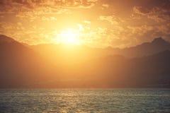 Berg och hav på solnedgången Arkivbild