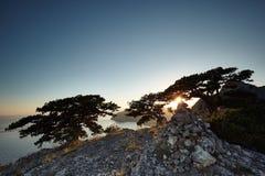 Berg och hav på solnedgången fotografering för bildbyråer