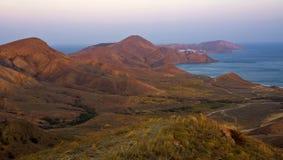 Berg och hav på solnedgången i omgivningen av Koktebel crimea royaltyfri foto
