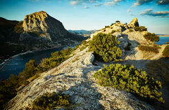 Berg och hav på solnedgången naken sky för blå crimea kullliggande royaltyfri foto