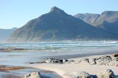 Berg och havet med vågor, Sydafrika, Cape Town, Atlantic Ocean, huvud för lejon` s arkivbild