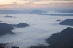 Berg- och himmeldimmaklippa arkivfoton