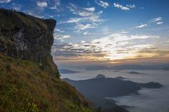 Berg- och himmeldimmaklippa royaltyfri foto