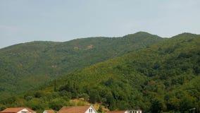 Berg och huset i Montenegro lager videofilmer