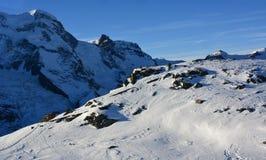 Berg och insnöad vinter arkivbilder