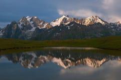 Berg och lake Royaltyfri Fotografi