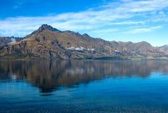 Berg och lake Arkivfoto