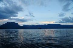 Berg och lake Royaltyfria Bilder
