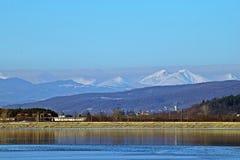 Berg och lake Arkivbild