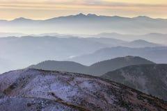 Berg och mist Arkivfoto