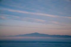 Berg och mist Arkivbilder
