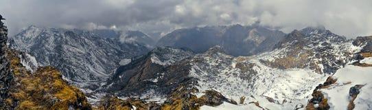 Berg och moln i Arunachal Pradesh, Indien royaltyfri foto