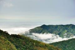 Berg och moln i Hsinchuen, Taiwan Royaltyfri Fotografi