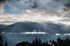 Berg och moln ovanför himlen Royaltyfri Foto