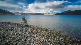 Berg och Pangong tso & x28; Lake& x29; med suddighetsmoln Arkivfoton
