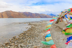 Berg- och Pangong tso-sjö Arkivfoto