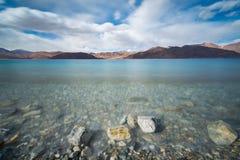 Berg och Pangong tso & x28; Lake& x29; från Indien till Tibet Leh Ladakh, Jammu and Kashmir, Indien Royaltyfri Bild
