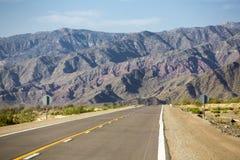 Berg och rak väg 40 i Argentina Arkivbild