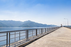 Berg och Ridge av Khun Dan Prakan Chon Dam Royaltyfria Bilder