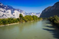 Berg och River Adige i San Michele all 'Adige, Italien fotografering för bildbyråer