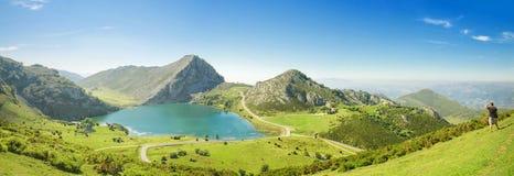 Berg och sjö Enol i Picos de Europa, Asturias, Spanien Arkivfoto