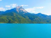 Berg och sjö i de italienska fjällängarna Arkivfoto
