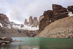 Berg och sjö i molnig dag i Chile. Arkivbilder