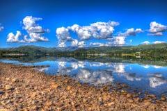 Berg och sjö med klart vatten på för stillhet en sommardag fortfarande i Ullswater sjöområdet arkivfoton