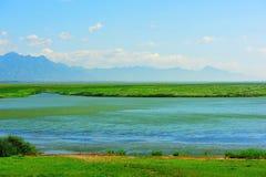 Berg och sjö med solig himmel Royaltyfria Bilder