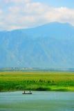 Berg och sjö med solig himmel Arkivfoton