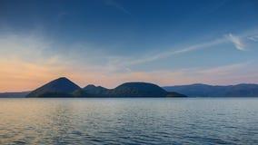 Berg och sjö på skymning Royaltyfri Fotografi