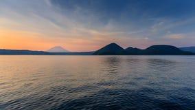 Berg och sjö på skymning i Hokkaido, Japan Arkivfoton