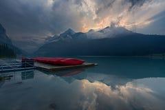 Berg och sjö på solnedgången Arkivfoto