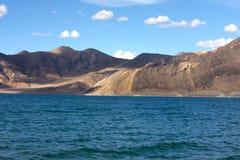 Berg och sjöPangong Tso Arkivbilder