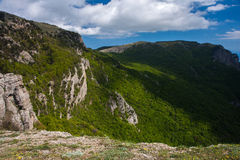 Berg och skog Krim Demerdzhi arkivfoton