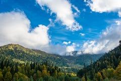 Berg och skyen Arkivbilder