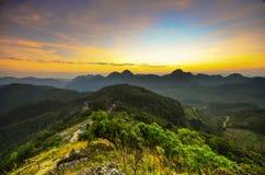berg och solnedgång Arkivfoto