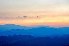Berg och solnedgång på den Doi puien Chiangmai, Thailand Royaltyfria Foton