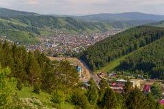 Berg och stad av Gorno-Altaysk Arkivbild