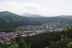 Berg och stad av Gorno-Altaysk Fotografering för Bildbyråer