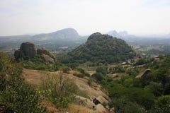 Berg och staden bortom Royaltyfri Foto