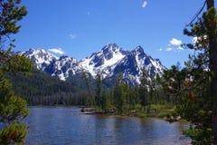 Berg och Stanley Lake för Sawtooth för Idaho ` s Arkivfoto