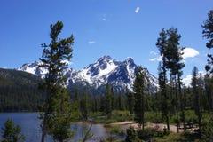 Berg och Stanley Lake för Sawtooth för Idaho ` s Royaltyfri Fotografi